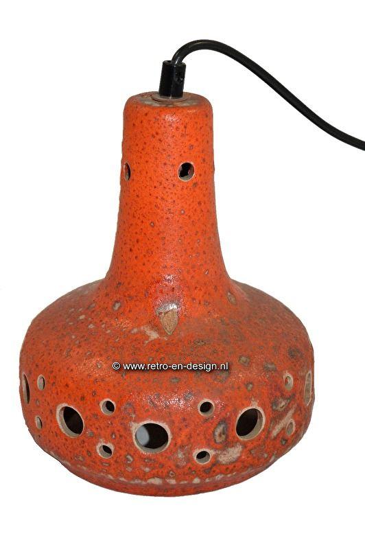 Oranje aardewerk hanglamp jaren 70  Typische jaren zeventig aardewerk hanglamp. Een mooie lamp die qua uitstraling perfect past bij de collectie West-Germany vazen. Deze vintage aardewerk hanglamp geeft 's avonds een schitterend lichteffect. Compleet met aansluiting.  Kleur: oranje. zie: http://www.retro-en-design.nl/a-43070815/aardewerk/oranje-aardewerk-hanglamp-jaren-70/