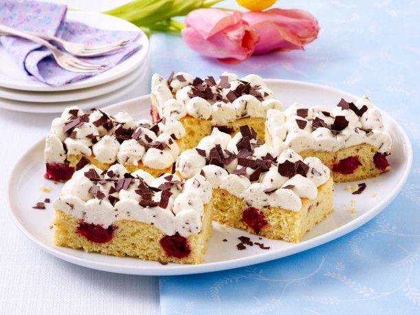 Unser beliebtes Rezept für Eierlikör-Kirsch-Blechkuchen und mehr als 55.000 weitere kostenlose Rezepte auf LECKER.de.