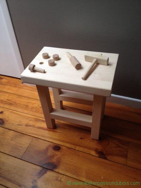 Etabli Bois Jouet. Réalisation d'un petit établi en bois pour enfants. Construction d'outils en bois: marteau, tournevis, clous/vis.