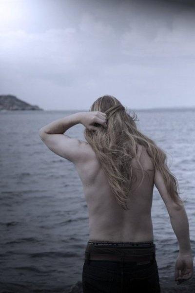 schön- lange Haare bei Männern long hair men Fjord nordic