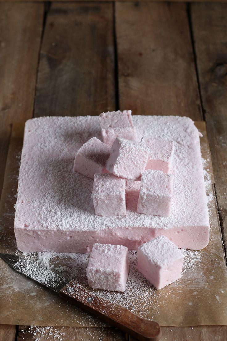 Se anche tu come me sei goloso di caramelle gommose questi marshmallow alla fragola senza uova sono perfetti. Facili e veloci da realizzare. Provali subito!