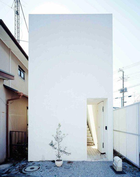 "Strange Magic: This Little Japanese House Blurs the Line Between Architecture and Sculpture Uma minúscula ""casa-caixote"" extraordinária - tinha de ser japonesa, claro! :)"