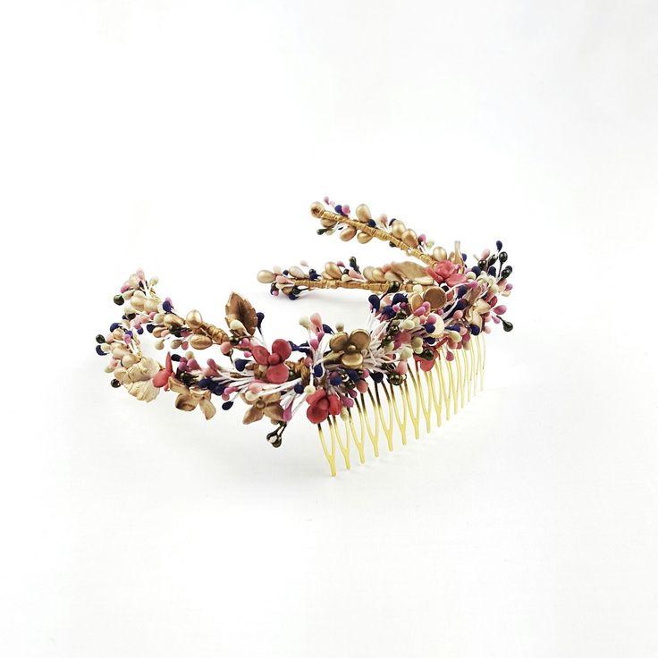 ¿Hay algo más ideal para tu look de novia que este tocado de delicadas flores de porcelana?