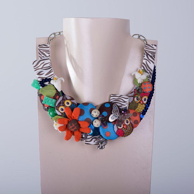 Precioso collar original fabricado en España utilizando diferentes materiales y de la mejor calidad. #collarfabicadoenespaña #plumaycollar #complementosúnicos #collarflores