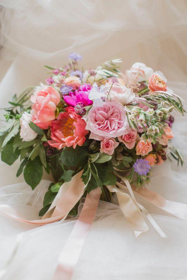 Brautstrauß mit Pfingstrosen und Gartenrosen    elizabeth in love photography    @hochzeitsplaza   #brautstrauß #bouquet #inspiration #ideen #hochzeit #bänder #pfingstrosen #gartenrosen #peach