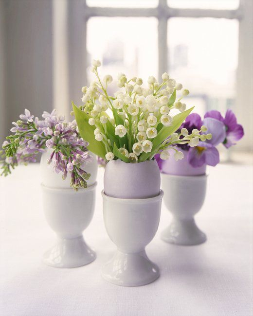 Spring decor idea: Pretty little flower arrangements in eggshells + egg cups