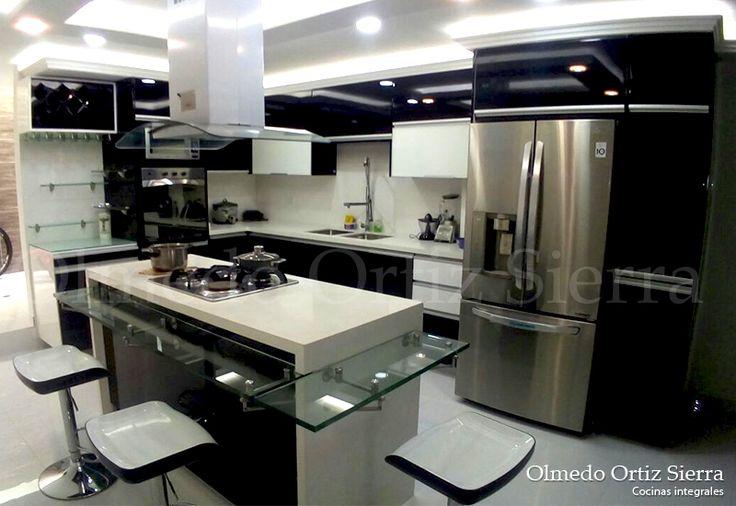 Cocina Moderna con Isla. Pintada con poliuretano. #cocinasintegrales #cocinasmodernas #cocinaintegral #diseñococina #cocinapersonalizada #mueblescocinas