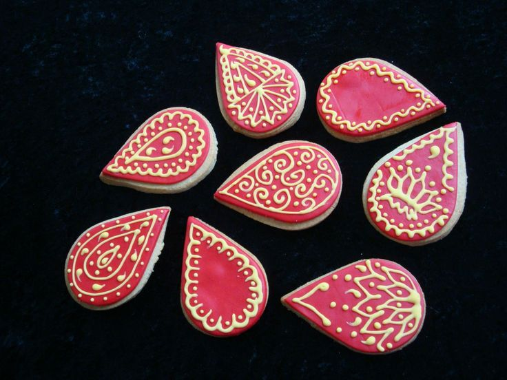 Mehndi Cookies - Chai NFSC w/Satin Ice fondant and RI for my hubby's 40th birthday. It's an Indian themed party, so I wanted paisley cookies, but this cutter was the closest I could find.