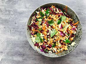 Denne kålsalat med asiatisk dressing får sin smag fra den lækre dressing med soja ingefær og chili. Brug den til at give dine salater et eksotisk præg.
