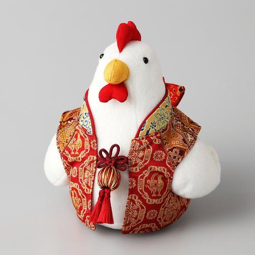 龍村美術織物の生地を使用した可愛らしいマスコット人形。酉が着る羽織の部分には、新柄の「ペルシャ鶏華文」「欧鳥繍華錦」を含め4種類の生地を用いています。