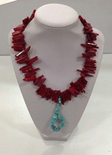 Collar en coral y turquesa. Diseño exclusivo de @LapizLazuliacce. Visita nuestra tienda online www.lapizlazuliaccesorios.com. Siguenos en instagram @Lapizlázuliaccesorios.