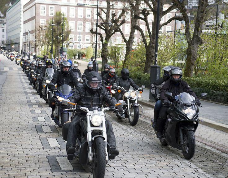 FOR ODIN: 300 motorsyklister kjørte i parade gjennom Bergens gater til inntekt for OdinStiftelsen.