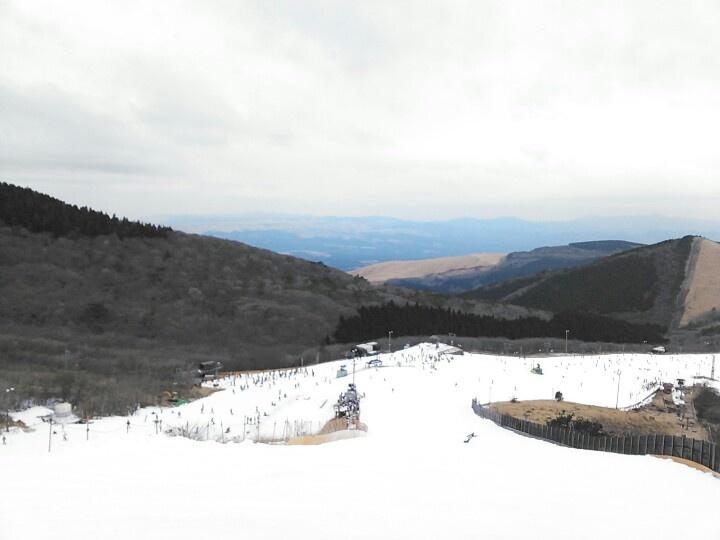 2月17日晴れのち曇り 今日は、子供孝行で九重スキー場に行きました。夕方、スキーツアーバス事故を家に帰ってニュースで知りました。自分達と滑っていた人達が事故にあうなんて 恐怖を感じました。