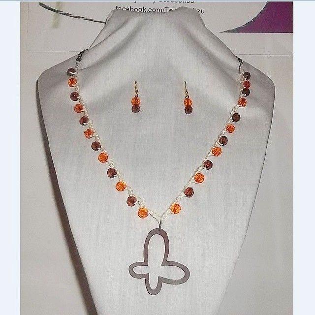 Collar 84: hilo crudo con aplicaciones naranja y café. Con aros. Ch$6.000.