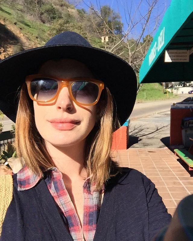 Pin for Later: Quand les Stars Nous Montrent Leurs Changements Capillaires Sur Instagram Anne Hathaway