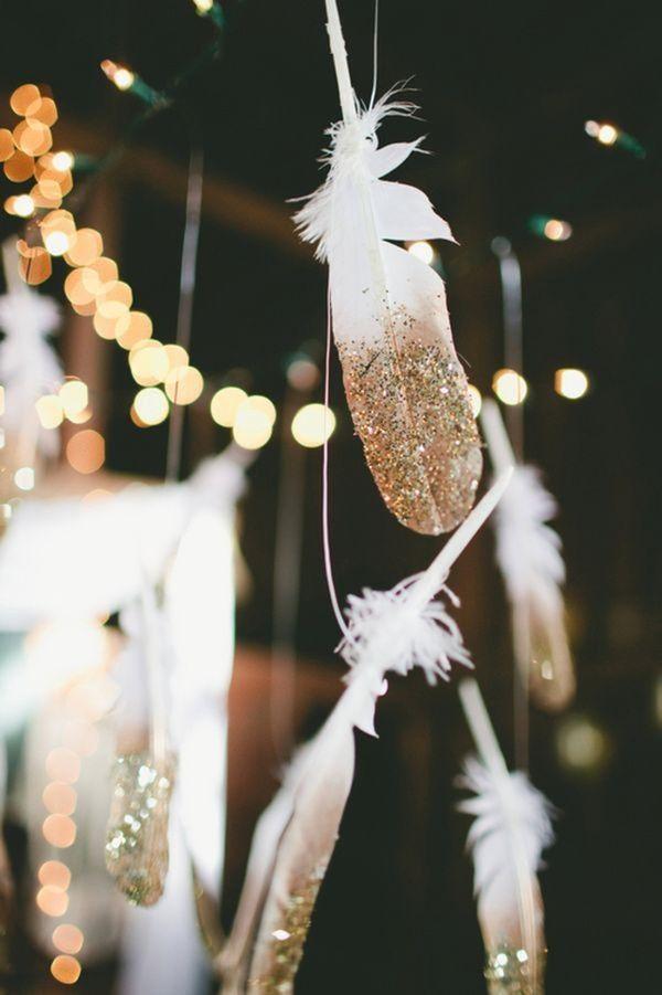 Fjädrar som till hälften är strösslade med guld! Fantastiskt vackert att hänga i fisketråd i olika längder ovanför bordet. Spraylim och sedan strösslar du bara över glitter.