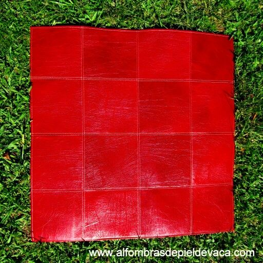 Alfombra de cuero rojo confeccionada a medida.