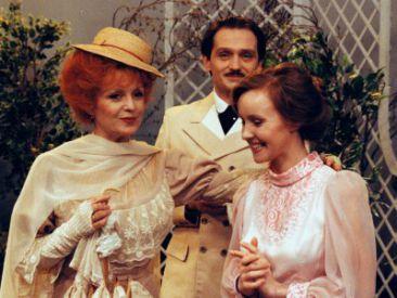 """Scena z farsy Eugene'a Labiche'a """"Szczęśliwi we troje"""" (fot. TVP)"""