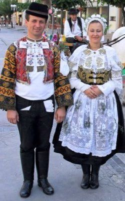 Slovak Folk Embroidery is generally viewed as the most important part of Slovak folk cultural heritage. (slovaque)