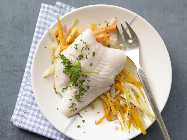 Leicht, leichter, Fisch mit Gemüse. Gedünstetes Fischfilet - auf Gemüsebett - smarter - Kalorien: 100 Kcal - Zeit: 25 Min.   eatsmarter.de