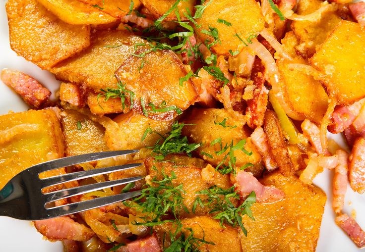 Όσοι αγαπούν την πατάτα θα τη λατρέψουν: μια πικάντικη συνταγή για πατατοσαλάτα που στο εξής θα συνοδεύει όλα σας τα γεύματα – αρκεί να την δοκιμάσετε!