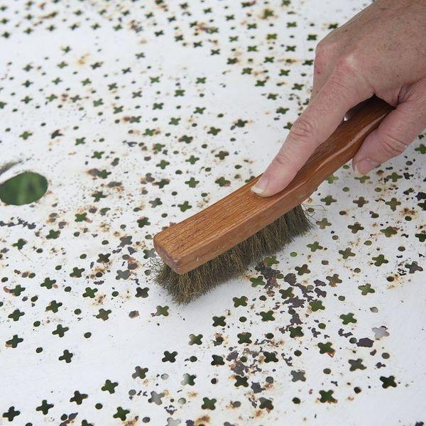 Etape 1. Brosser les meubles en fer forgé