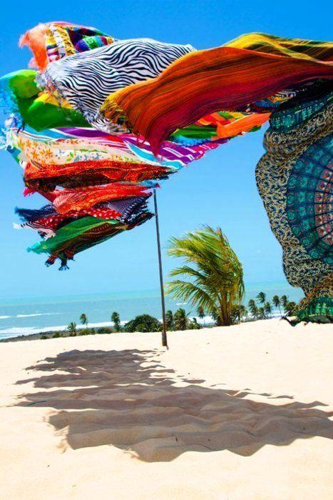 DA PRAIA PARA CASA   As típicas cangas de praia podem servir de inspiração na hora de escolher os tecidos para decoração. Cores e estampas não faltam! #inspiracao #decoracao #cangasdepraia #verao #ficaadica #SpenglerDecor
