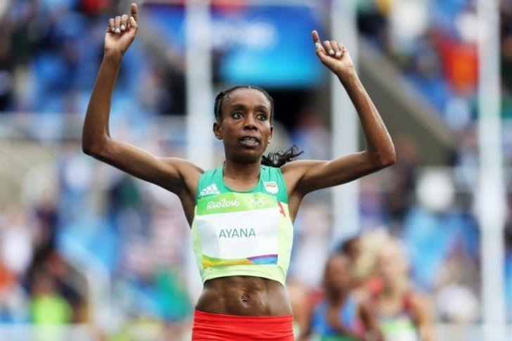 Almaz Ayana ratificó en la primera final olímpica su condición de número uno mundial y se llevó a Etiopía la primera medalla de oro del atletismo en los Juegos de Río después de hacer sola en cabeza toda la segunda mitad de la carrera.</p>