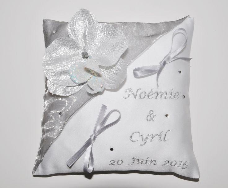 Porte-alliances coussin de mariage personnalisé brodé argenté strass avec orchidée argentée : Autres accessoires par lbm-creation