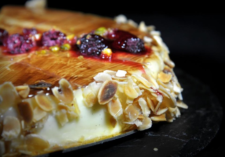 Tarta de Panacota de nuestra carta: Nata cocida aromatizada con Vainilla de Tahití y canela, con interior de cremosa de frambuesa y crujiente de almendras tostadas.