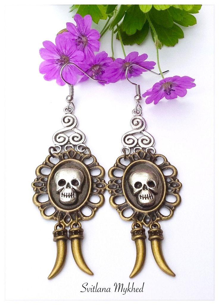 """Boucles d'oreilles. Estampe filligrane. """"Tete de mort. Canine """" Style rock, gotique : Boucles d'oreille par perles-et-couronnes"""