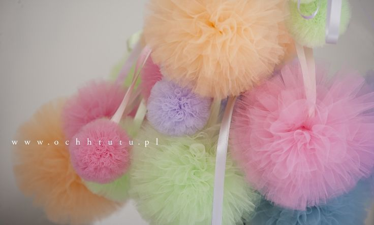 Pompony z tiulu