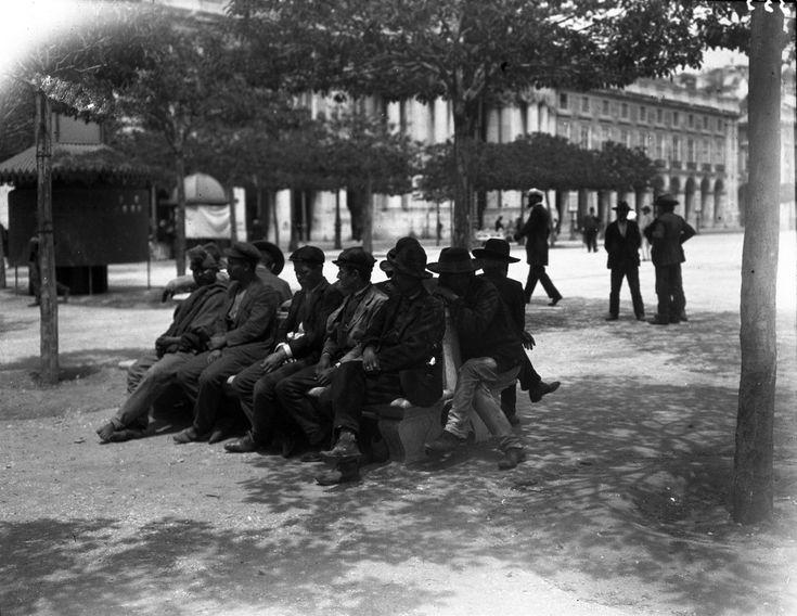 Urinol público, na Praça do Comércio, 1907, foto de Joshua Benoliel, in a.f. C.M.L.
