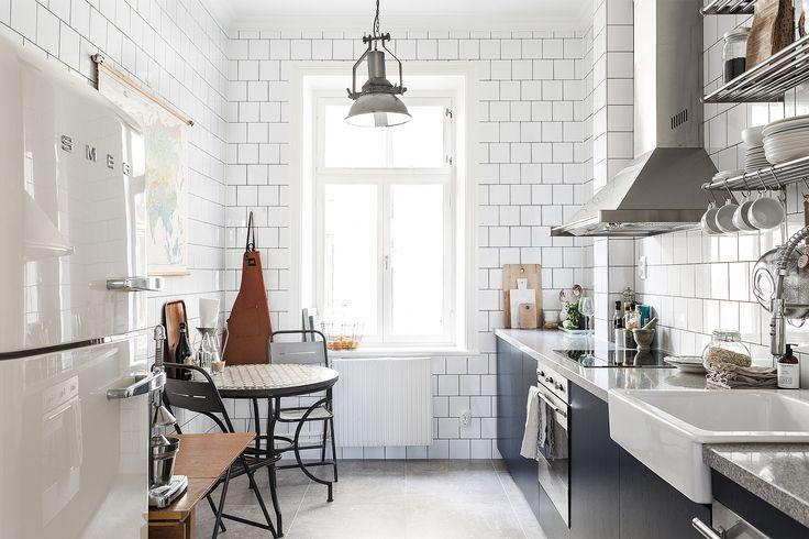 Södermalm kök bistro vitt kakel marmorbänk smeg