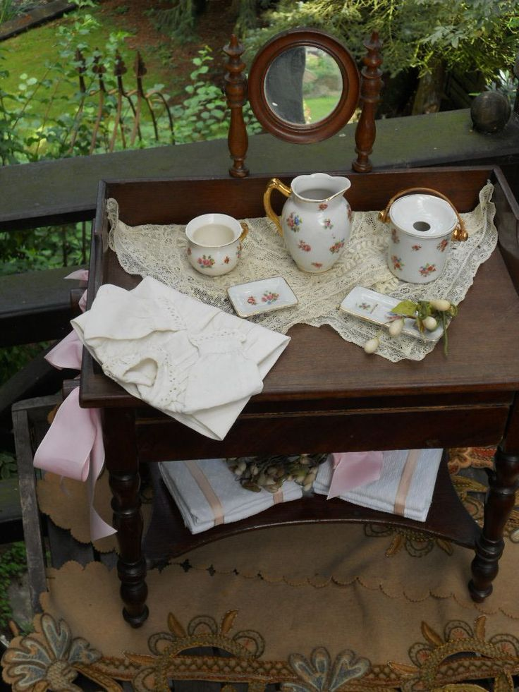 ~~~ Pretty Antique French Doll´s Dressing Table with Accessory ~~~