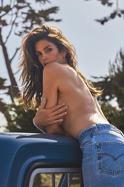 Синди Кроуфорд снялась топлес для рекламы своей коллекции джинсов Модель представила и другие элементы одежды новой линейки, и все промофото получились очень сексуальными.