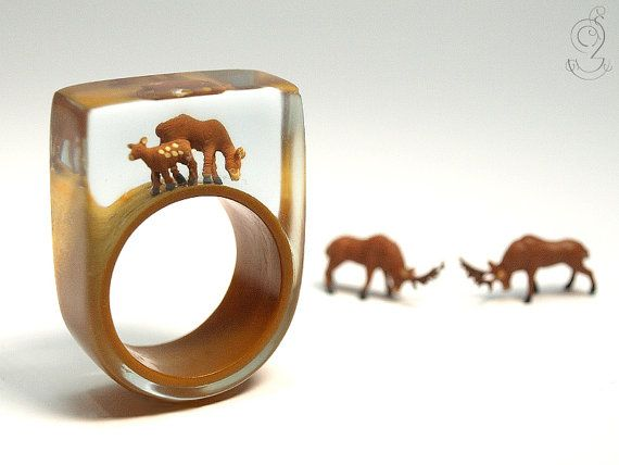 Wood ease – Funny roe deers ring with two brown miniature roe deers on a brown ring made of resin