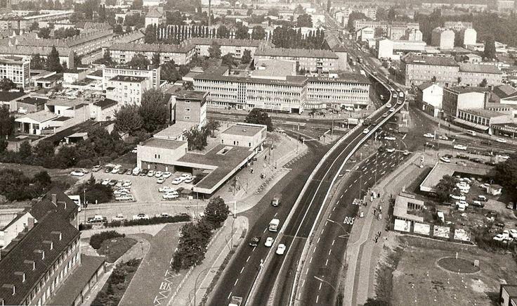 """Die Luftaufnahme von 1972 aus Reinickendorf zeigt die Stahlhochbrücke über den Kurt-Schumacher-Platz. Unser Leser Frank-Max Polzin schreibt uns: """"Damals floss der Verkehr noch zügig, es gab an der Kreuzung rechte Abbiegespuren. Über die Brücke zu..."""