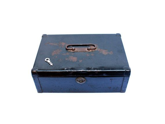 FeelingOfDejaVu sur Etsy - Caisse monnaie billets . Boîte noire en métal . Petit coffre fort . Boîte à secrets . Avec sa clé . Vintage Années 50 -(Metal cash box . Black bankers box. Money box. Savings box. With its key . Vintage 1950s)