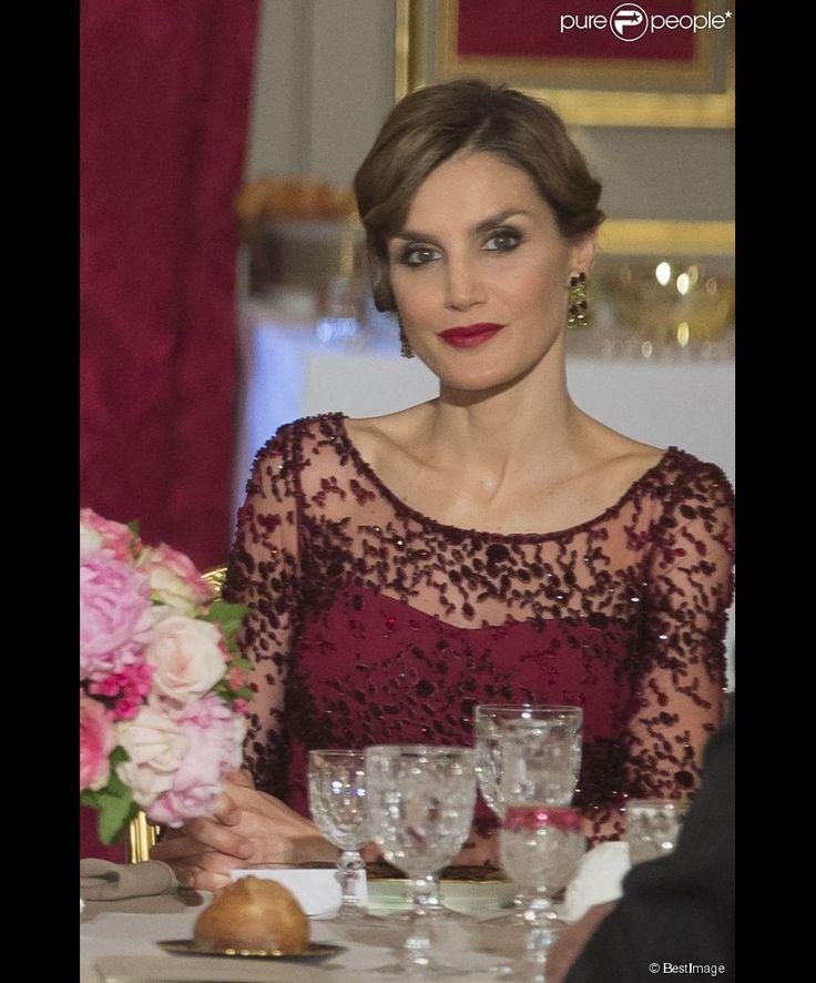 La reine Letizia d'Espagne, sublime dans une robe bordeaux Felipe Varela pour le dîner officiel...