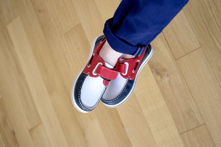 Un air marin souffle sur la mode grâce à ces derbies L'ECUME ! Gages de grande souplesse, ces véritables chaussures enfant bateau fabriquées au Portugal se présentent dans un cuir lisse tricolore. Le dessus et la semelle intérieure en cuir révèlent une doublure textile. La mousse sous le talon offre encore plus de confort. Elles s'attachent par des lacets et une bride à scratch. Des derbies qui font résolument rimer qualité et élégance avec nouvelles expériences !  #andrechaussures #enfant…