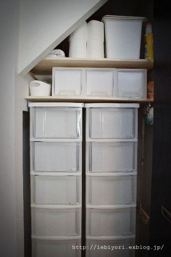 幅や高さに合わせてケースを設置、変形の場所も工夫次第ですっきり収納。 クリアケースの内側に、白い紙を入れて、隙間収納を白で統一! 統一感が出て、ナイスアイディアです♪