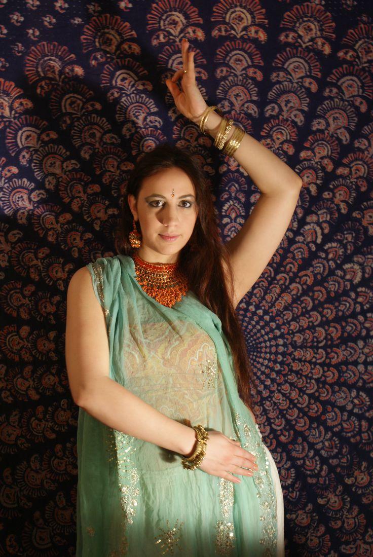 Bollywood a Nimfeumban! Hétfő-szerda 19.00-20.00 teljesen kezdő! www.nietomercedes.com