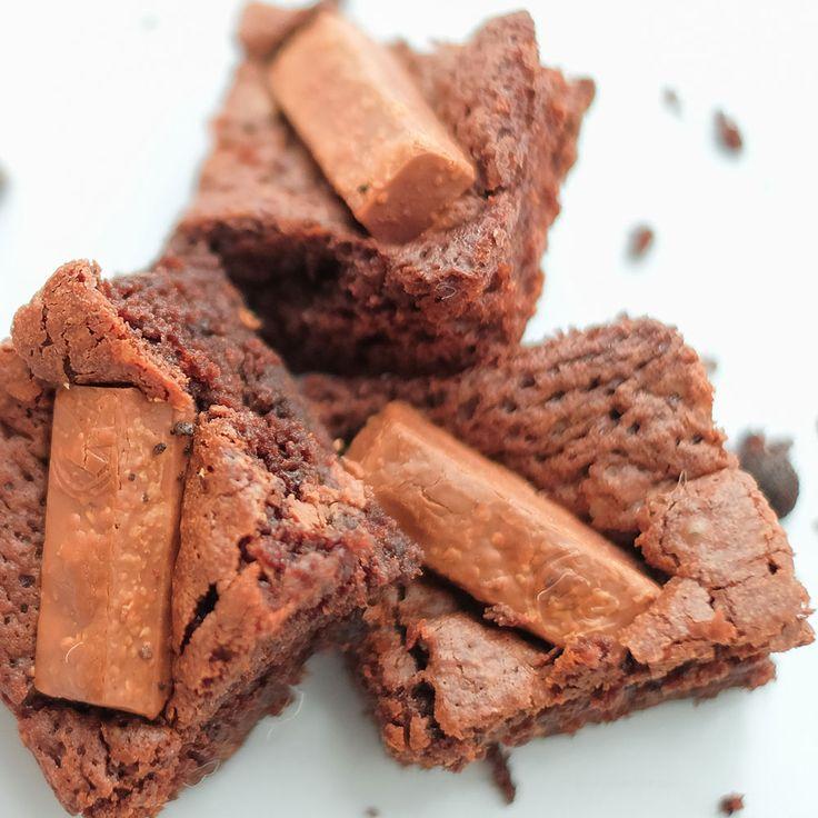 Sekotak Brownies yang dibuat dengan coklat kualitas terbaik dan diolah bersama dengan KitKat Wafer yang memberikan citarasa yang sangat unik. Size : 20 x 20 cm Isi : 16 potong Brownies