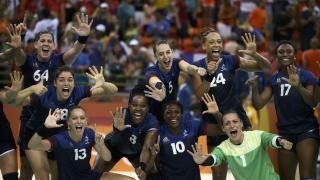L'équipe de France célèbre sa qualification en finale après sa victoire face aux Pays-Bas (24-23)