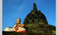 Sejumlah biksu asal Nepal berdoa menjelang perayaan Waisak 2557 BE di Candi Borobudur, Magelang, Jawa Tengah, Sabtu (25/5). Foto: Joanito De Saojoao - Suara Pembaruan
