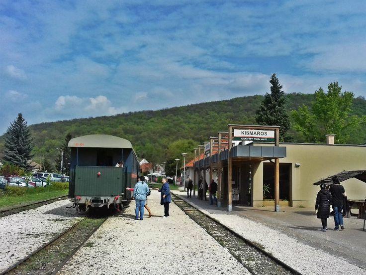 A vonat a Morgó patak völgyén át közlekedik Kismarosról Szokolyán át Királyrétig. Kezdetben lakott területen és nyaralóövezetben haladtunk, és nagyon élveztük, hogy többen is kiálltak a házuk elé integetni nekünk.