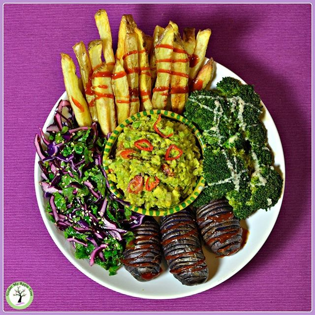 Green and purple Buddha bowl with: giant oven baked fries drizzled with homemade hot ketchup, steamed broccoli with tehine sauce, hassleback purple potatoes, red cabbage, kale & sesame salad and my favourite guacamole Yucatán style💚.