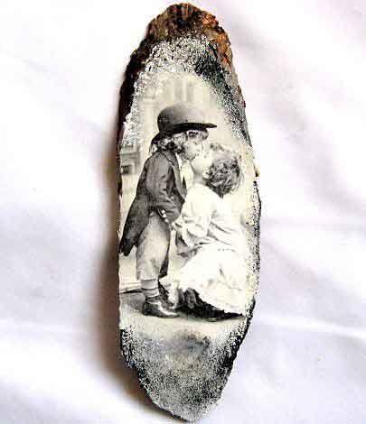 #Tablou pe #lemn #copii #pupandu-se, #imagine #alb #negru, tablou #trunchi copac. Produs #lucrat #manual din categoria #decoratiuni pentru #casa si #gradina. Tabloul realizat pe un trunchi de copac. http://handmade.luxdesign28.ro/produs/tablou-pe-lemn-copii-pupandu-se-imagine-alb-negru-tablou-trunchi-copac-29698/
