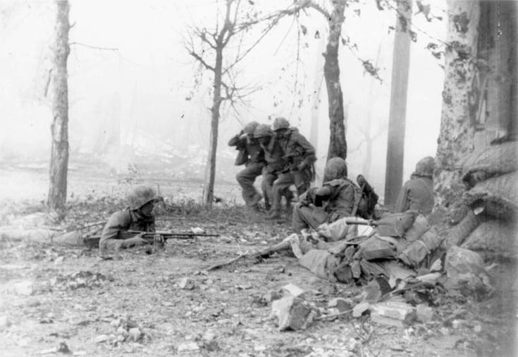 SC351384 - KOREAN CONFLICT   United Nations troops fighting on the outskirts of Seoul, the capital of Korea.   20 September 1950.  Korea.   Signal Corps Photo #FEC-50-20510 (Lt. Strickland and Cpl. Romanowski)